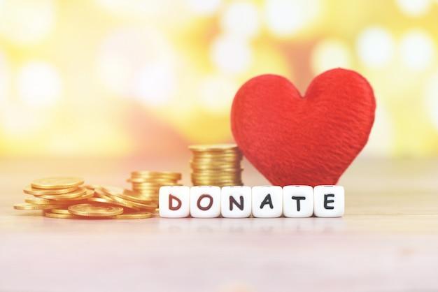 Geldbesparing met rood hart voor doneren en filantropie