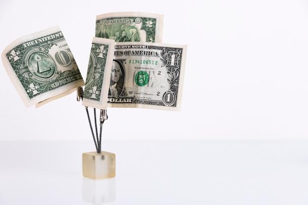 Geldboom van dollarbiljetten geïsoleerd op een witte achtergrond. ruimte kopiëren.