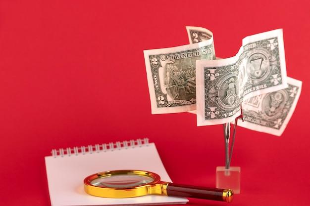 Geldboom van dollarbiljetten, op een rode achtergrond. ruimte kopiëren.