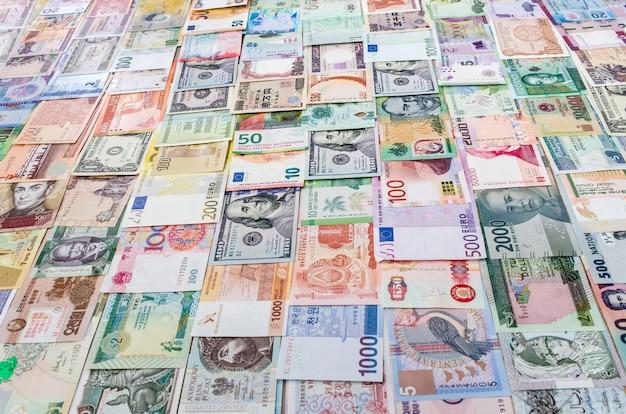 Geldinzameling in verticale rijen