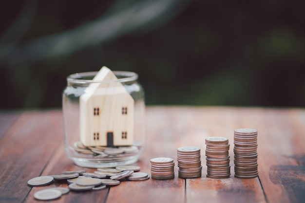 Geldmuntstapel groeiende zaken. geld, financiën en investeringsconcept besparen.