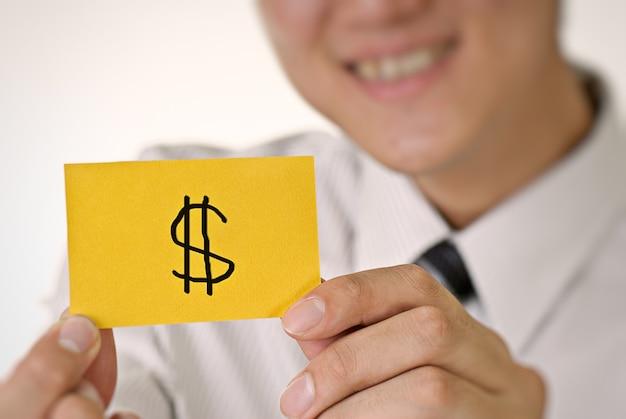 Geldpatroon op gele kaartgreep door bedrijfsmens