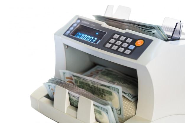 Geldteller op wit wordt geïsoleerd dat