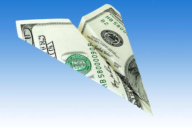 Geldvliegtuig over een blauwe achtergrond