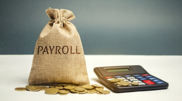 Geldzak met het woord payroll en calculator.
