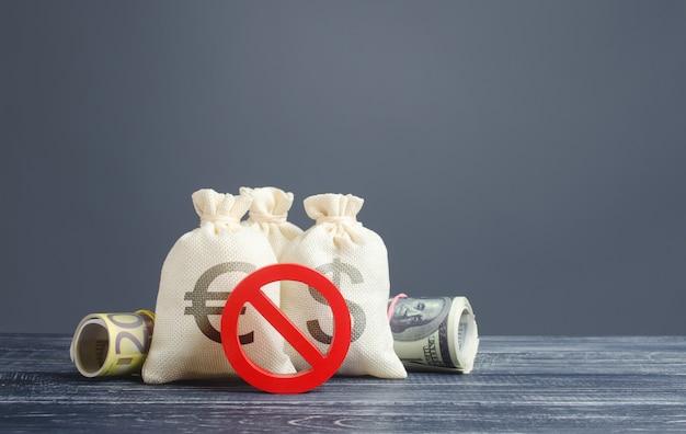Geldzakken en rood verbodssymbool nr. uitstroombeperkingen voor kapitaaluitvoer. sancties