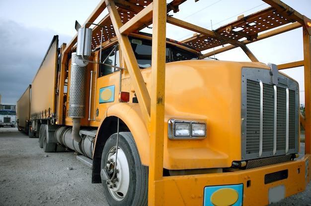 Gele aanhangwagen in industriezone
