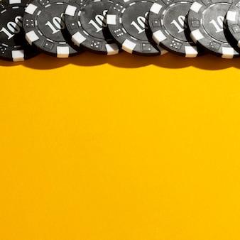 Gele achtergrond met rand van casinotokens