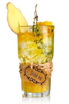 Gele alcoholcocktail in glas met geïsoleerde gemberplak en kruiden
