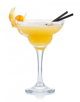 Gele alcoholcocktail met ganzenbessen die op wit worden geïsoleerd