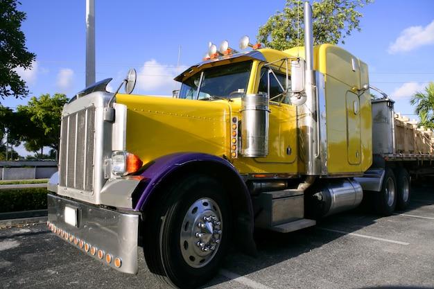 Gele amerikaanse vrachtwagen met roestvrij staal