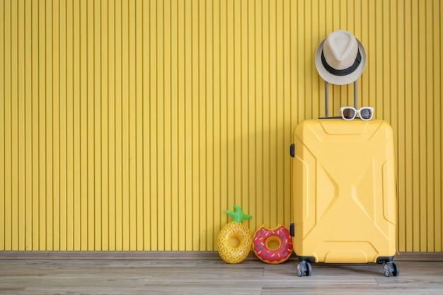 Gele bagage en met reizigersuitrusting