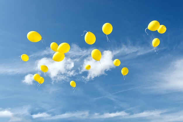 Gele ballonnen in blauwe hemel.