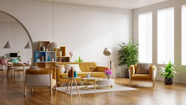 Gele bank en gele fauteuil in ruime woonkamer interieur met planten en planken in de buurt van houten tafel.
