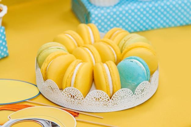 Gele bitterkoekjes in een plaat op de tafel