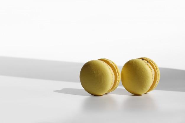 Gele bitterkoekjes op witte achtergrond