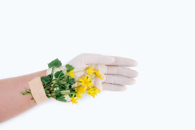Gele bloem plakband hand medische covid 19 handschoen patch witte achtergrond