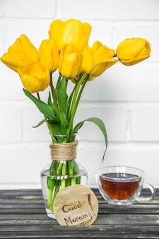 Gele bloemen in een vaas