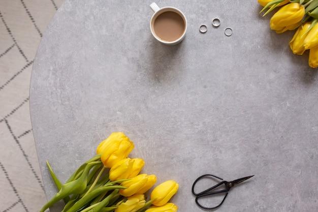 Gele bloemen tulpen en koffie bovenaanzicht
