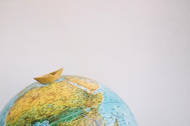 Gele boot op wereldbol