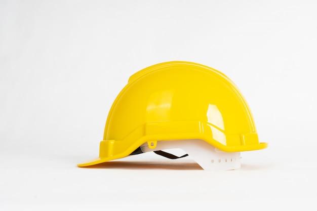 Gele bouwhelm die op wit wordt geïsoleerd