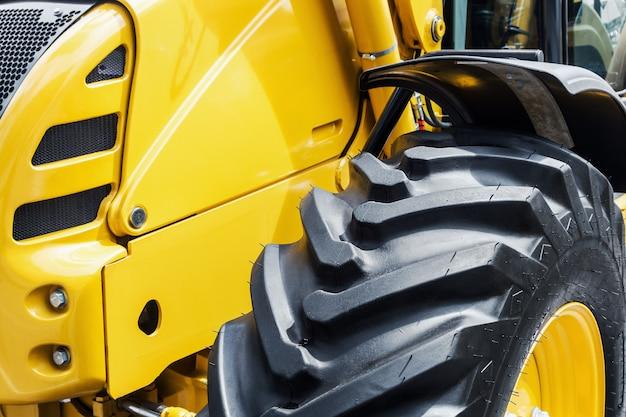 Gele bulldozer met een groot wiel