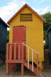 Gele cabine op het strand.