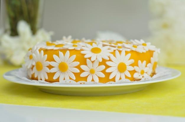 Gele cake met madeliefjebloemen kamille voor verjaardag