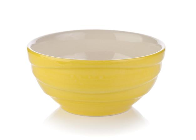 Gele ceramische kom op witte ruimte