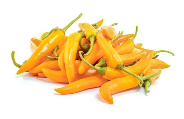 Gele chili geïsoleerd op een witte achtergrond