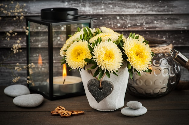 Gele chrysant in concrete pot met kaars