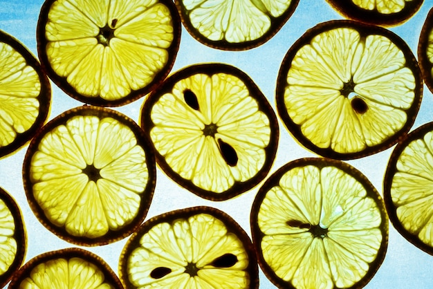 Gele citroen op een blauwe achtergrond. textuur van gesneden citroen. silh