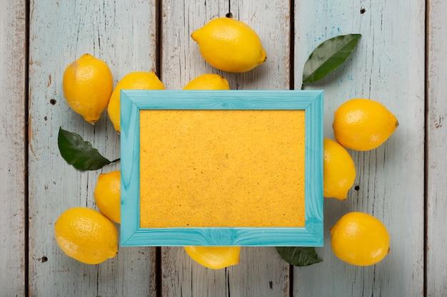 Gele citroenen, kleuren groen, kleuren grijs, kleuren koraal, plat leggen, achtergrond geel, zomerpatroon, citroenen eucalyptus