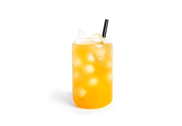 Gele cocktail geïsoleerd.