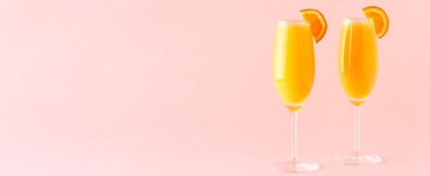 Gele cocktail op een lichte achtergrond, selectieve aandacht.