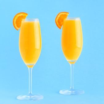 Gele cocktail op een lichte achtergrond