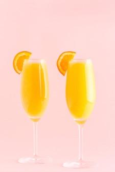 Gele cocktail op roze, selectieve aandacht.