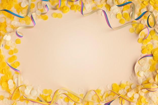 Gele confetti en linten kopiëren ruimte bovenaanzicht
