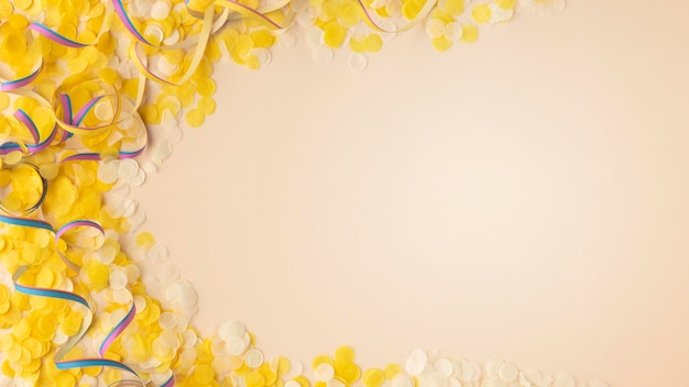 Gele confetti en linten kopiëren ruimte