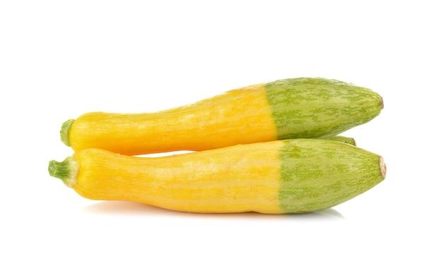 Gele courgette op witte achtergrond