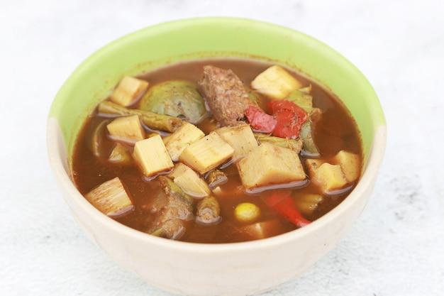 Gele curry met bamboe zuid-thaise pittige, pittige soep in sounthen restaurant thailand.