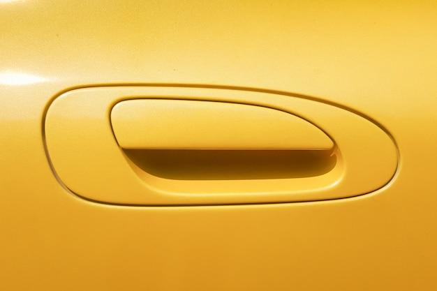 Gele deurgreep van de auto