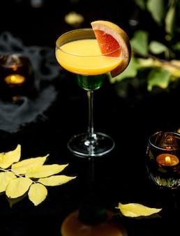 Gele drank met een schijfje grapefruit