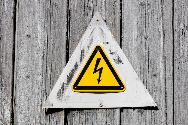 Gele driehoek met bliksem. waarschuwingsbord over het gevaar van een elektrische schok.