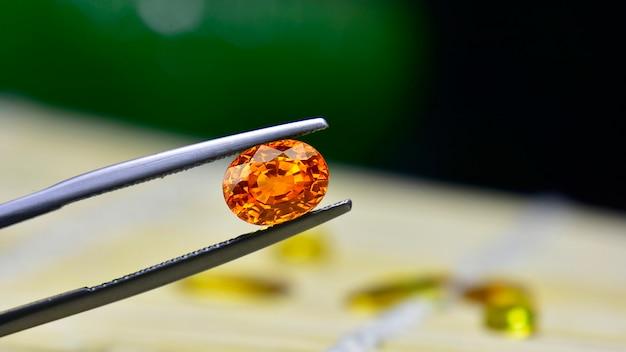 Gele edelsteen is een natuurlijke edelsteen die doorgesneden is. is een dure edelsteen