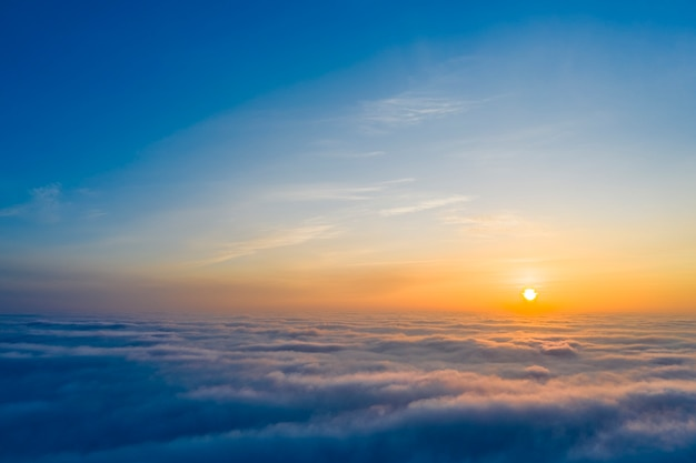 Gele en blauwe dageraad over wolken, concept, reis en vrije tijd.