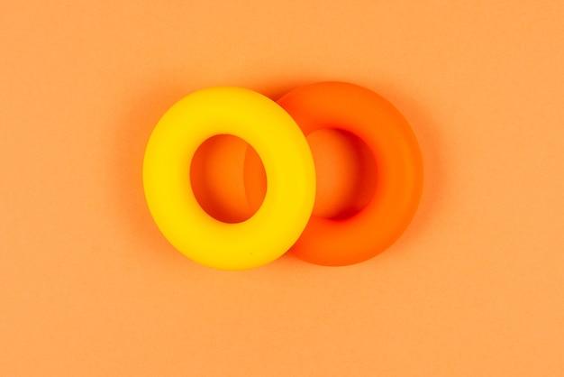 Gele en oranje expander op oranje achtergrond