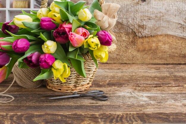 Gele en paarse verse tulp bloemen op houten achtergrond met kopie ruimte