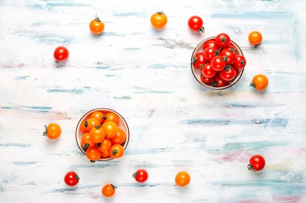 Gele en rode kerstomaatjes. Gratis Foto