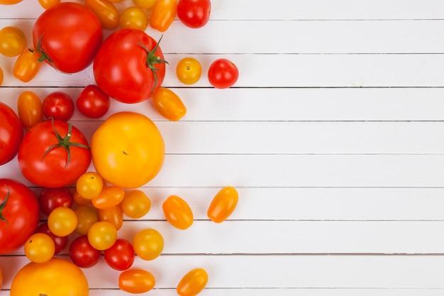 Gele en rode tomaten